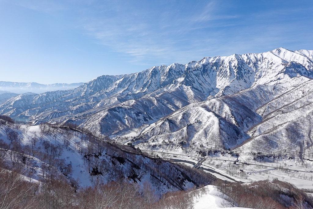 残雪期・日向倉山・朗報、雲がだんだんとれてきた荒沢岳