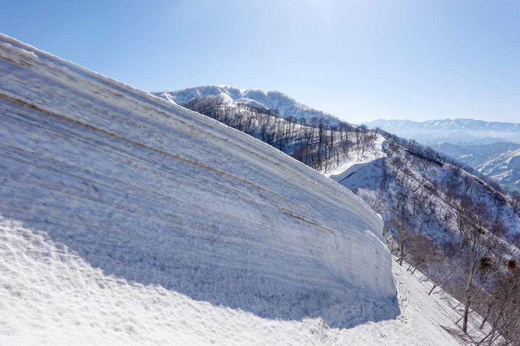 残雪期・日向倉山・雪の壁