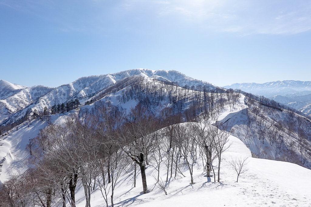 残雪期・日向倉山・日向倉山へと向かう稜線