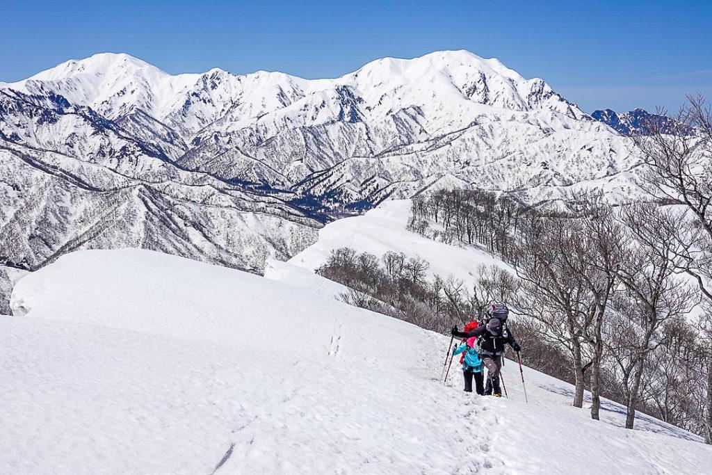 残雪期・日向倉山・越後三山、裏越後三山ながめなら下山開始!
