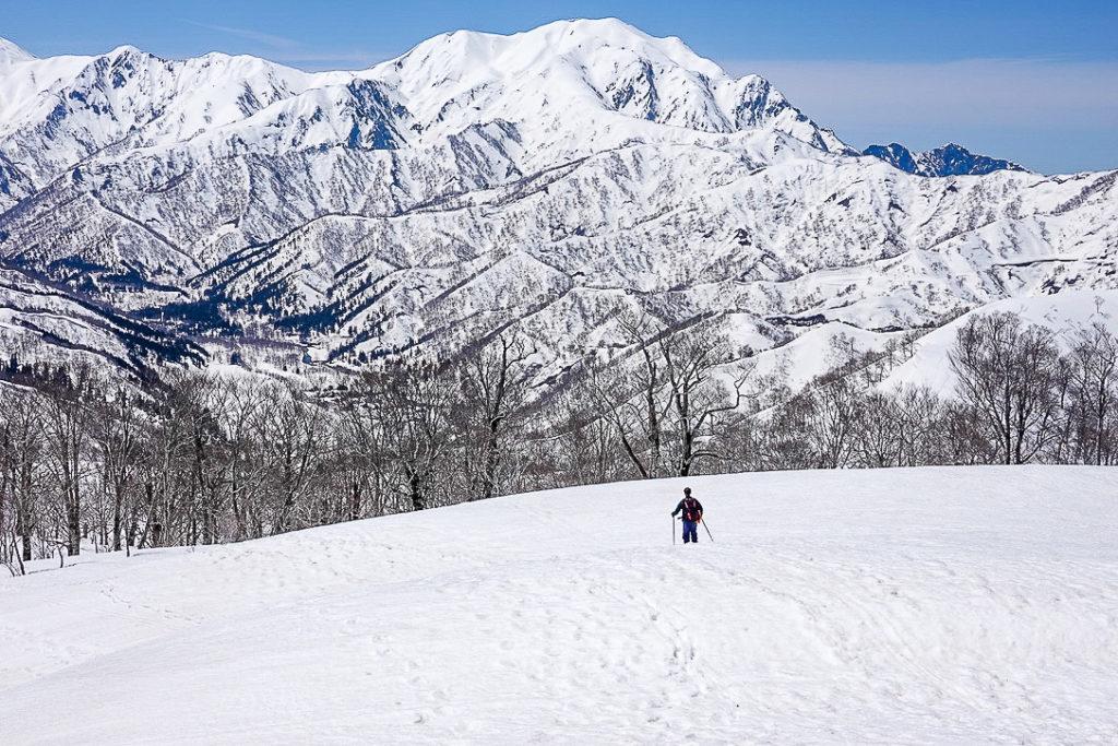 残雪期・日向倉山・颯爽と滑るBCスキーヤー