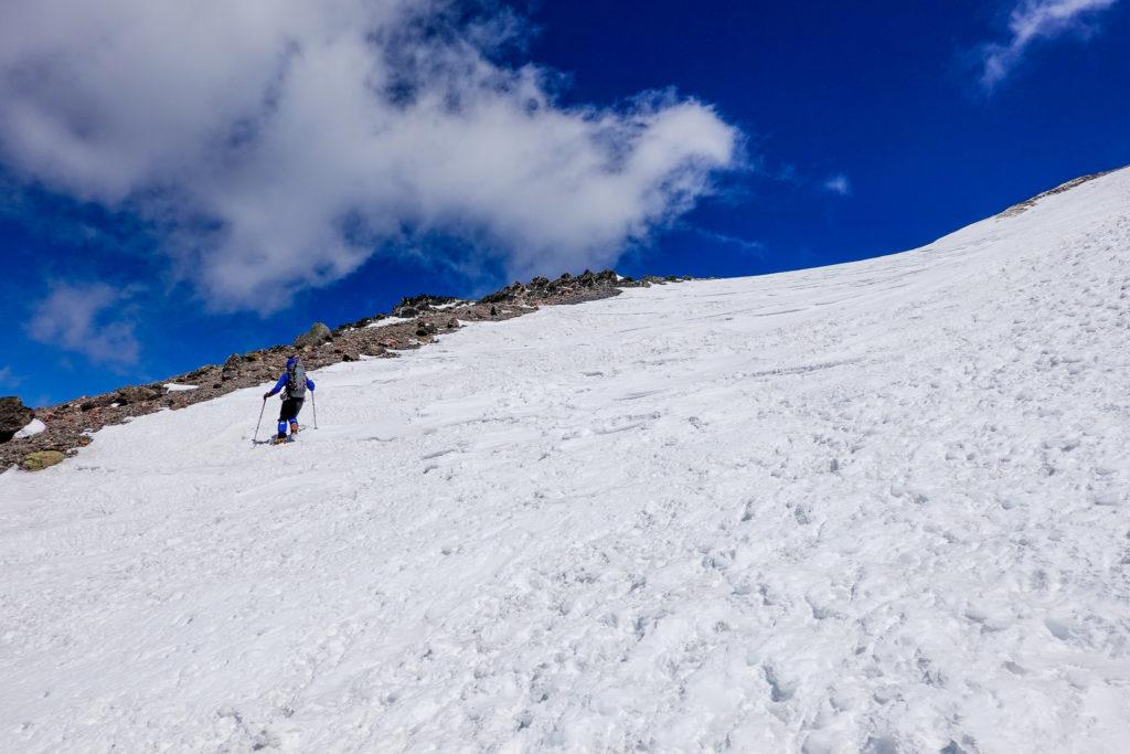 残雪期・日光白根山・斜面をトラバース