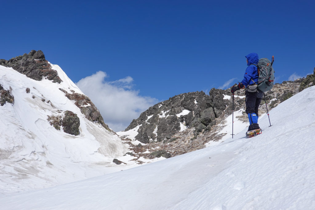 残雪期・日光白根山・岩が剥き出しの山頂近辺