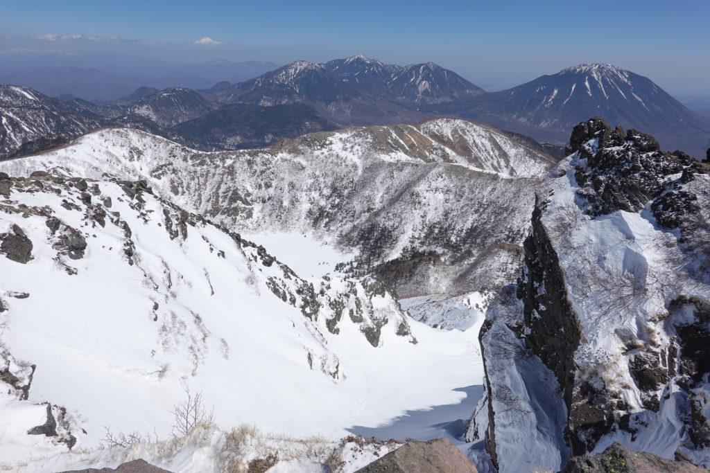 残雪期・日光白根山・白い五色沼