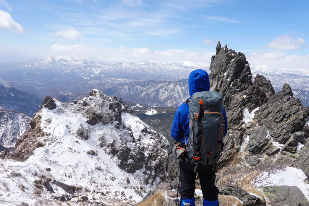 残雪期・日光白根山・武尊山、谷川岳を望む