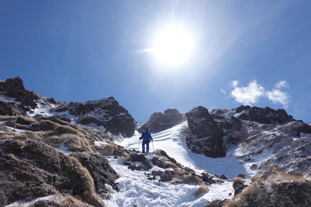 残雪期・日光白根山・こちらの斜面は風が特に強い!