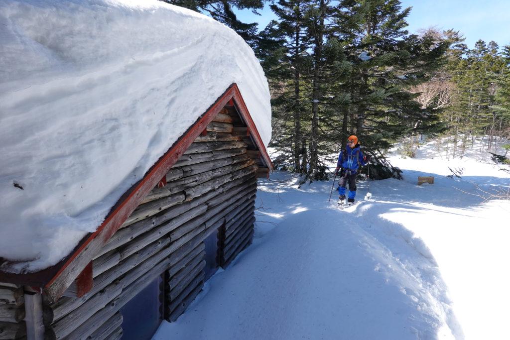 残雪期・日光白根山・七色平避難小屋
