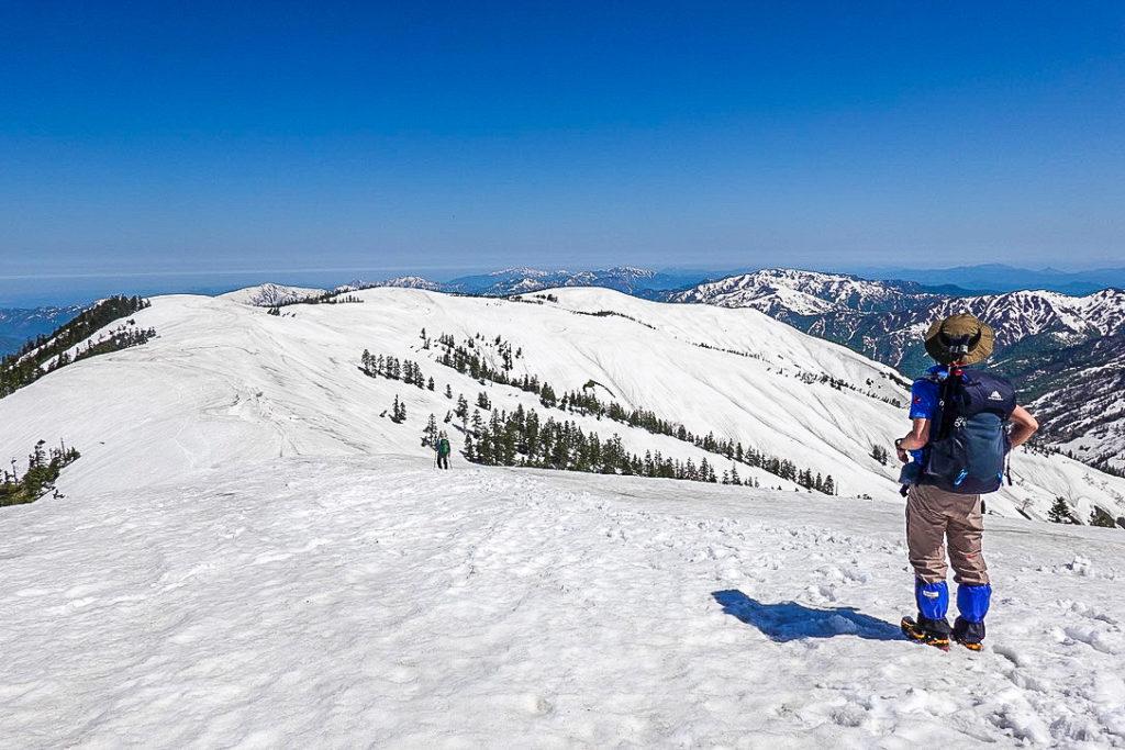 残雪期・会津駒ヶ岳・中門岳へと続く稜線
