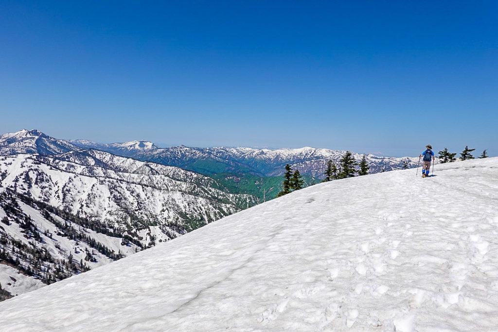 残雪期・会津駒ヶ岳・尾瀬の山々(燧ヶ岳、至仏山)を眺めながら