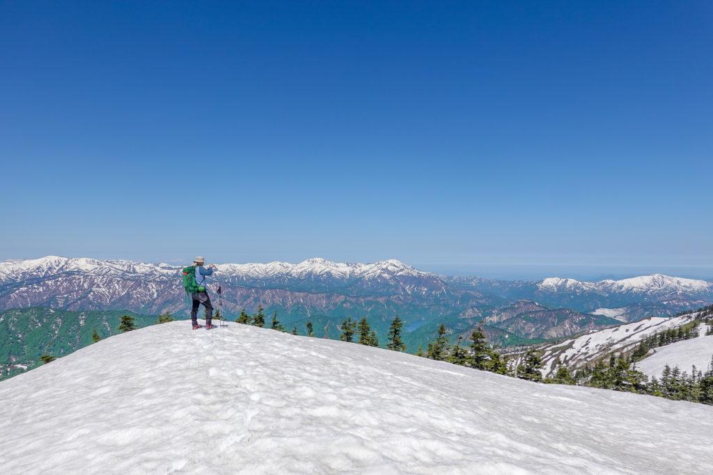 残雪期・会津駒ヶ岳・2094ピーク付近からの越後三山、奥只見湖