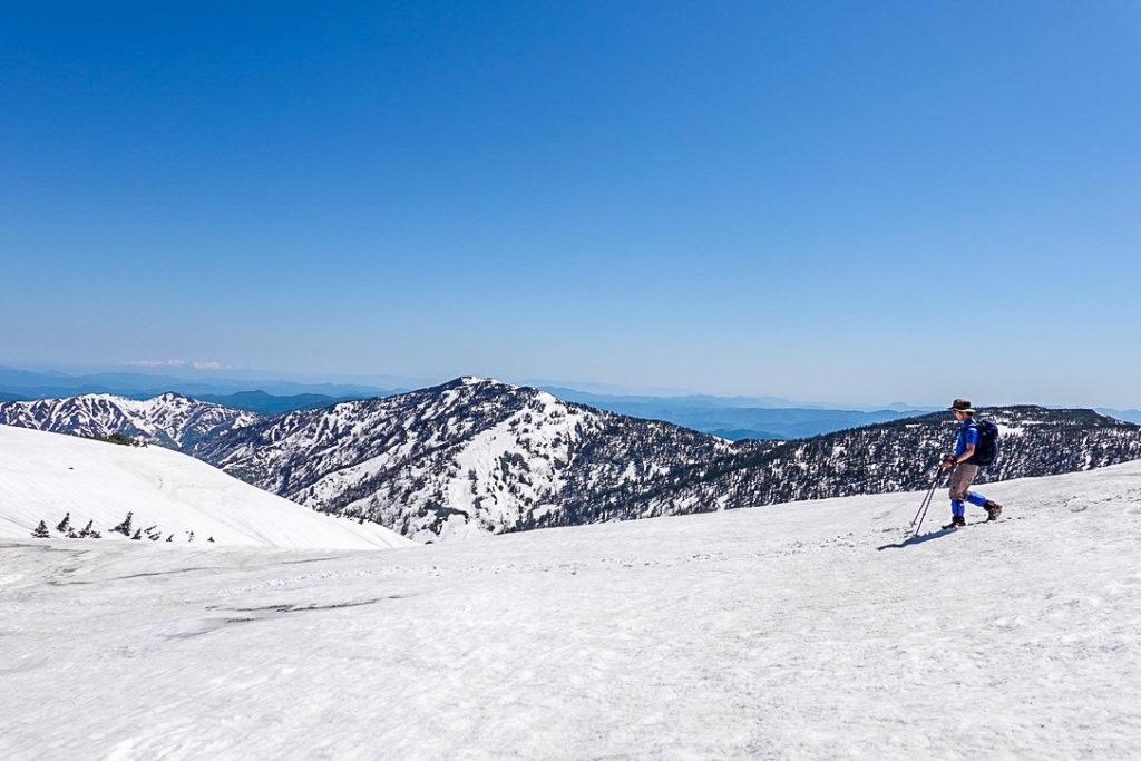 残雪期・会津駒ヶ岳・大戸沢岳を横目に見ながら