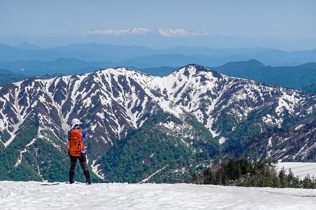 残雪期・会津駒ヶ岳・中門岳山頂からの遥か彼方の飯豊連峰