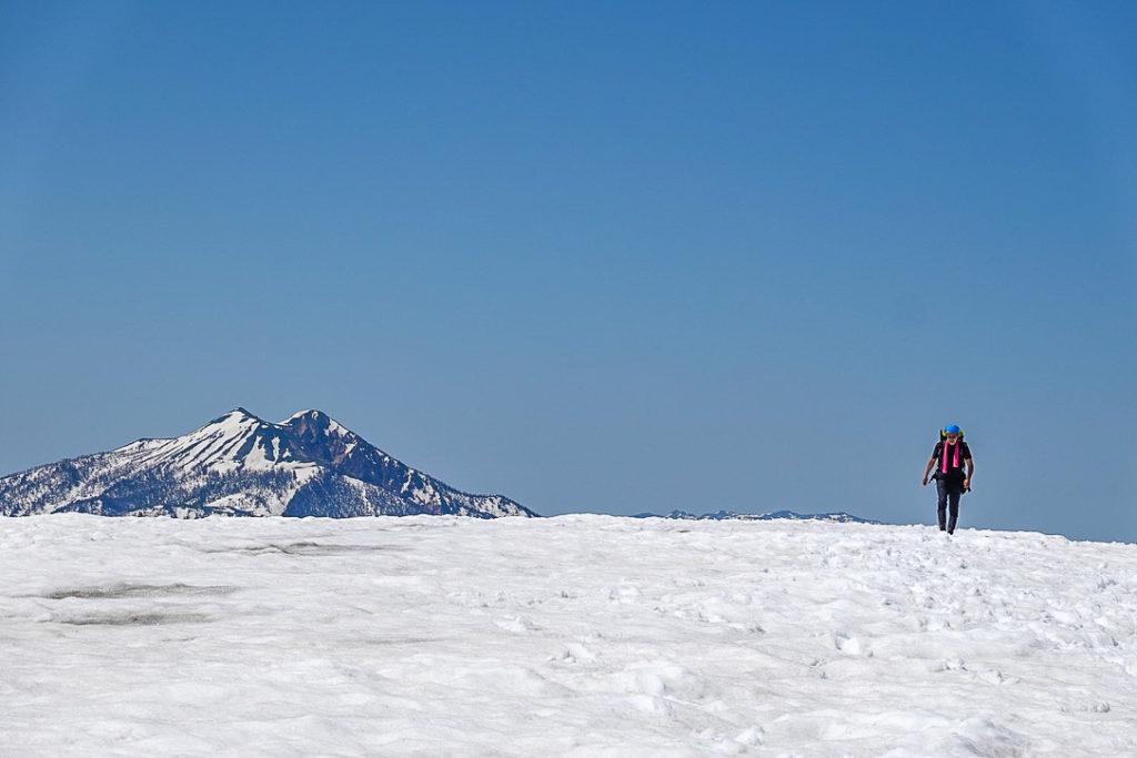 残雪期・会津駒ヶ岳・中門岳山頂、振り向くと燧ヶ岳