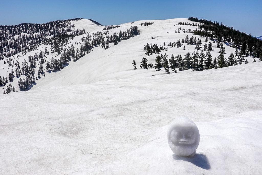 残雪期・会津駒ヶ岳・中門岳からの会津駒ヶ岳、と雪だるま
