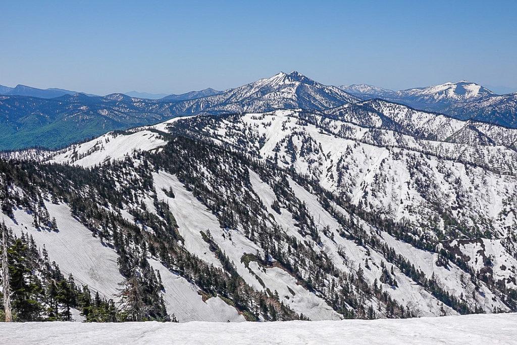 残雪期・会津駒ヶ岳・燧ヶ岳(中央奥)と至仏山(右奥)、その間には武尊山