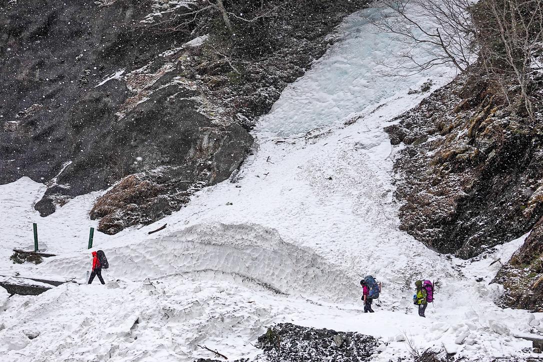 残雪期・甲斐駒ヶ岳・南アルプス林道、沢を2つ越えて行きます
