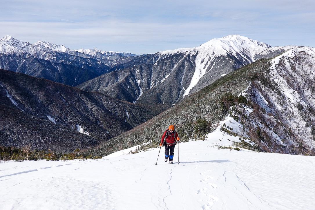 残雪期・甲斐駒ヶ岳・白峰三山と仙丈ヶ岳をバックに