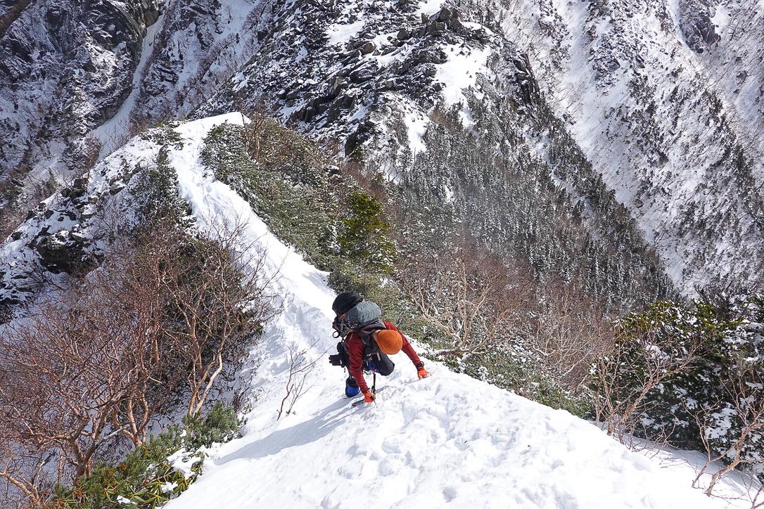 残雪期・甲斐駒ヶ岳・駒津峰からの急坂を下る
