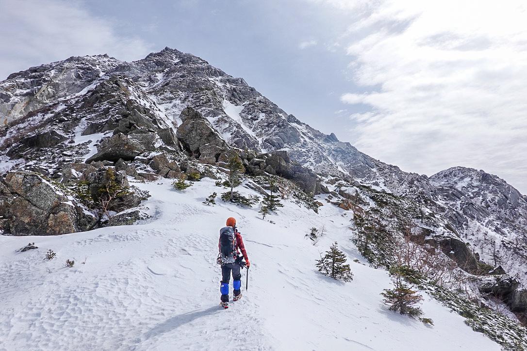 残雪期・甲斐駒ヶ岳・巨大な岩石、六万岩(甲斐駒ヶ岳8合目)