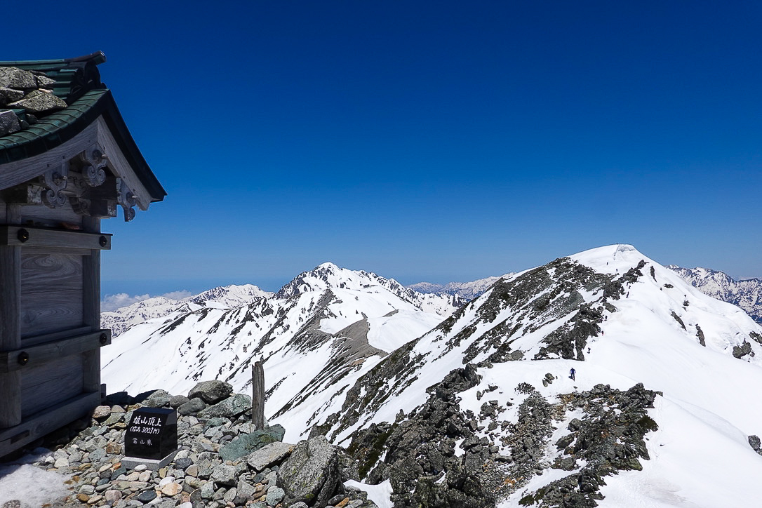 残雪期・立山(雄山)・雄山山頂からの大汝山、富士ノ折立