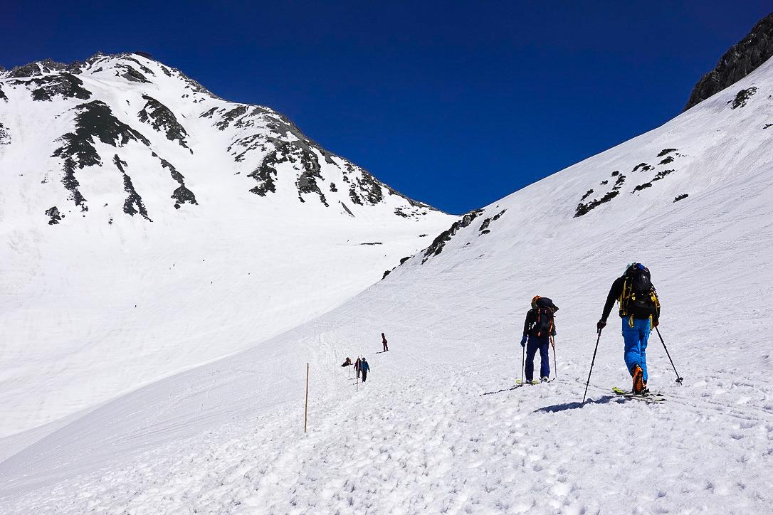 残雪期・立山(雄山)・一ノ越へと向かう登山者