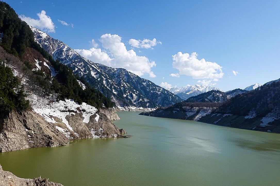 残雪期・立山(雄山)・黒部湖と赤牛岳