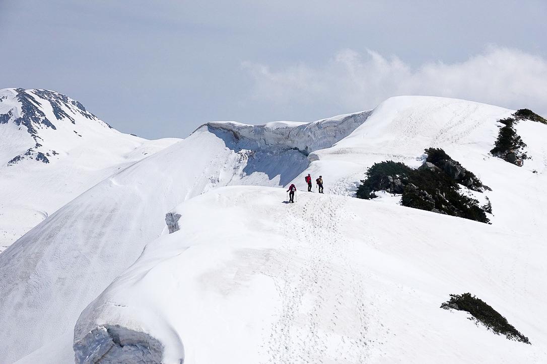 残雪期・奥大日岳・カガミ谷乗越から2440mピークの方を振り返る