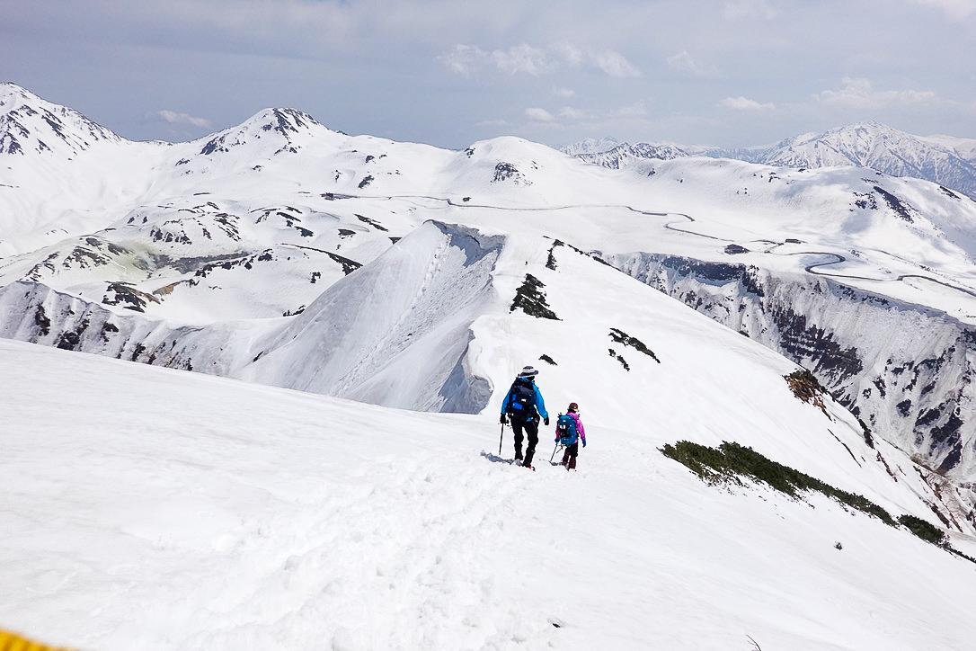 残雪期・奥大日岳・カガミ谷乗越へと下りる人たち