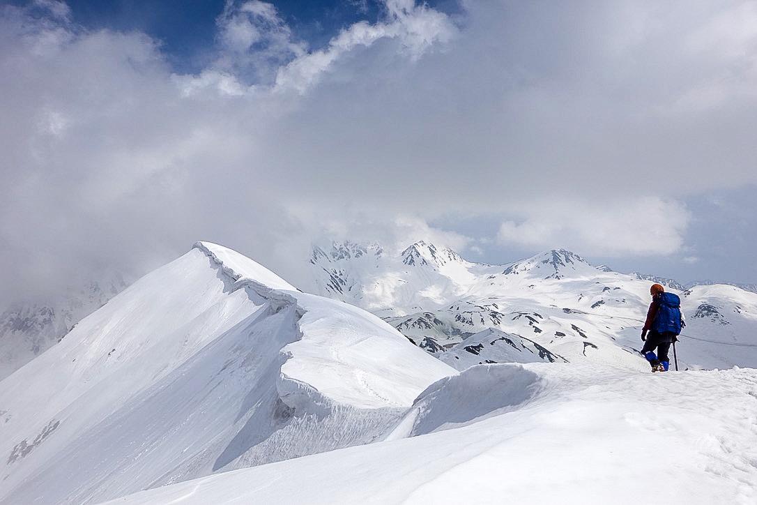残雪期・奥大日岳・雲がでてきた奥大日岳