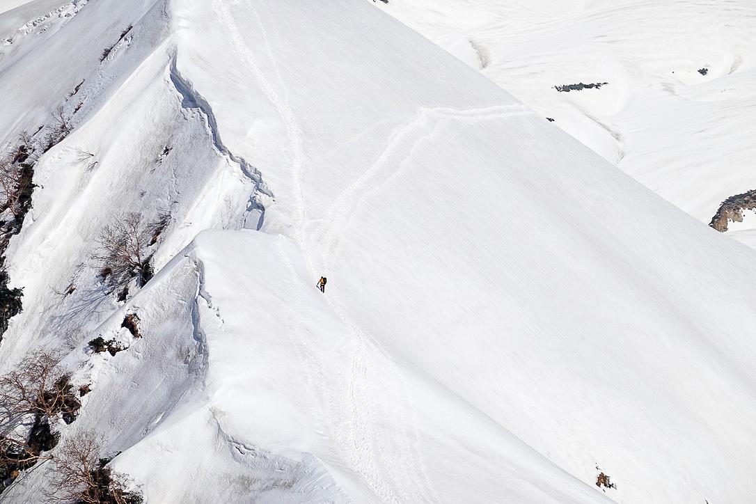 残雪期・奥大日岳・雪庇をあるく