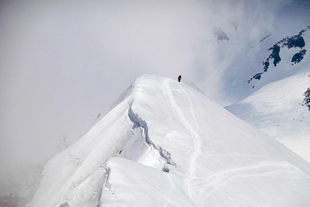 残雪期・奥大日岳・雪庇をあるく2