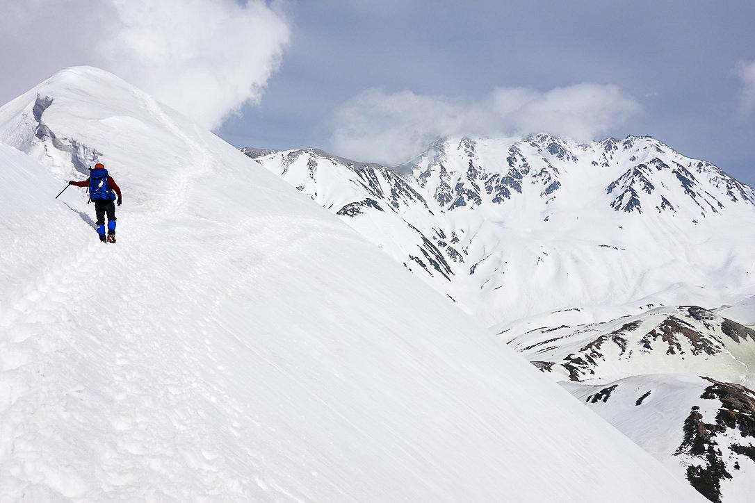 残雪期・奥大日岳・雪庇の脇のトラバース道