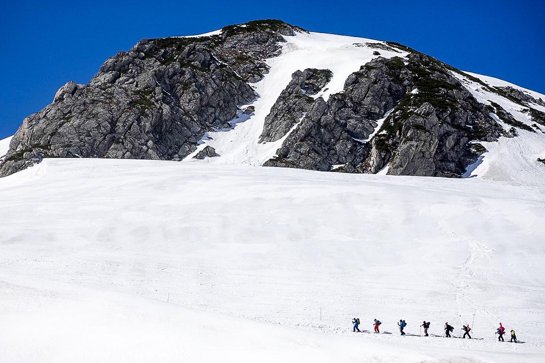 残雪期・立山(雄山)・室堂から一ノ越へと向かう人たち