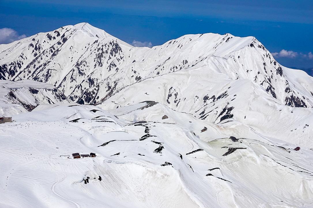 残雪期・立山(雄山)・雄山からの室堂平、奥大日岳