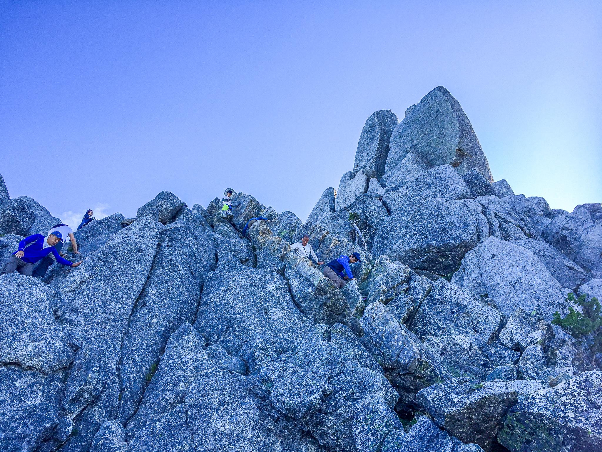 鳳凰三山・地蔵岳のオベリスクはアスレチック