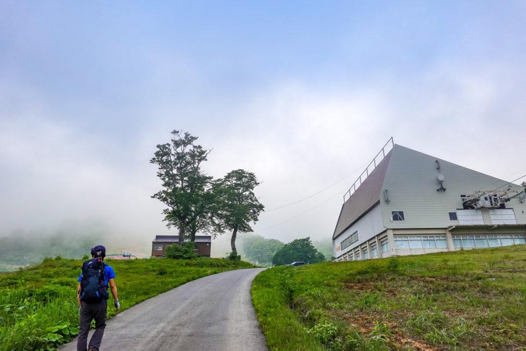 苗場山・秡川登山口から和田小屋までは車道歩き