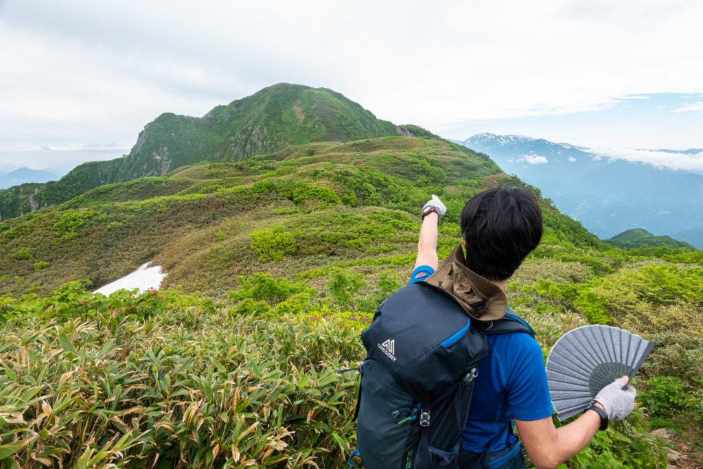 雨飾山・笹平から、あそこが山頂!