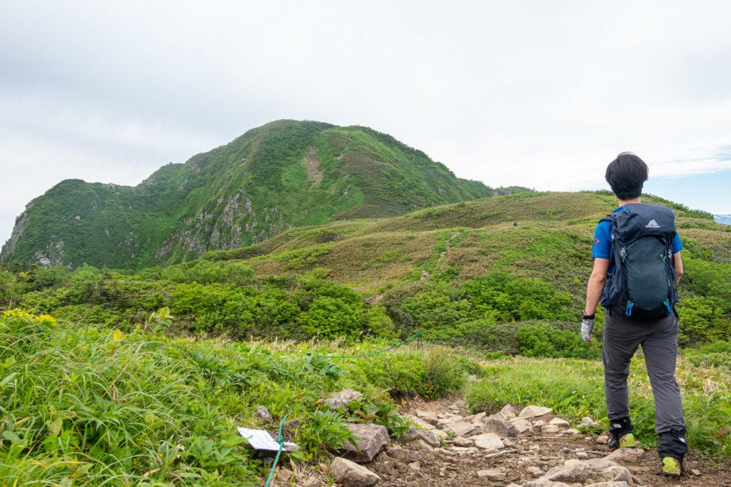雨飾山・笹平から山頂へ