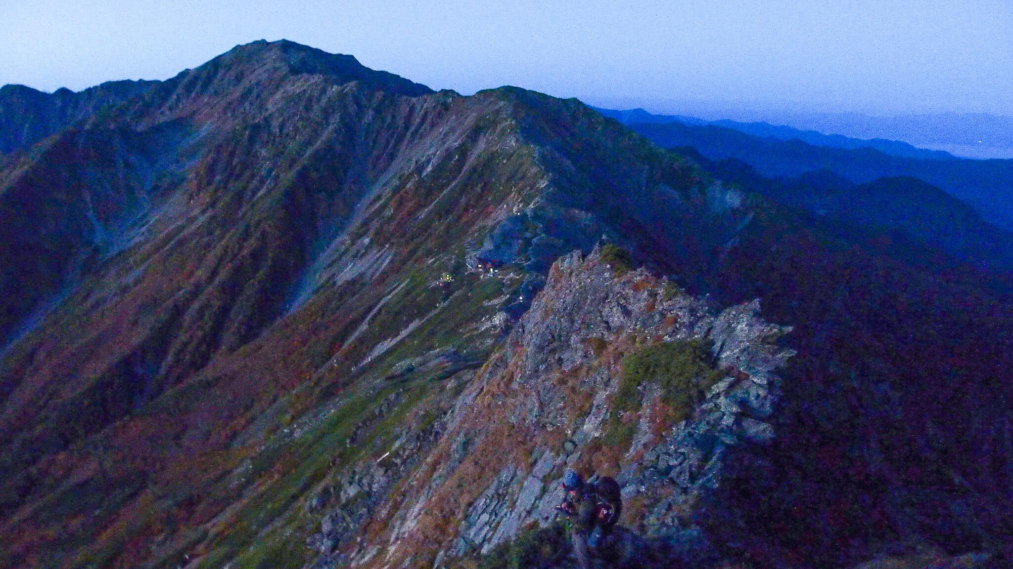 北岳・早朝の北岳から間ノ岳への稜線