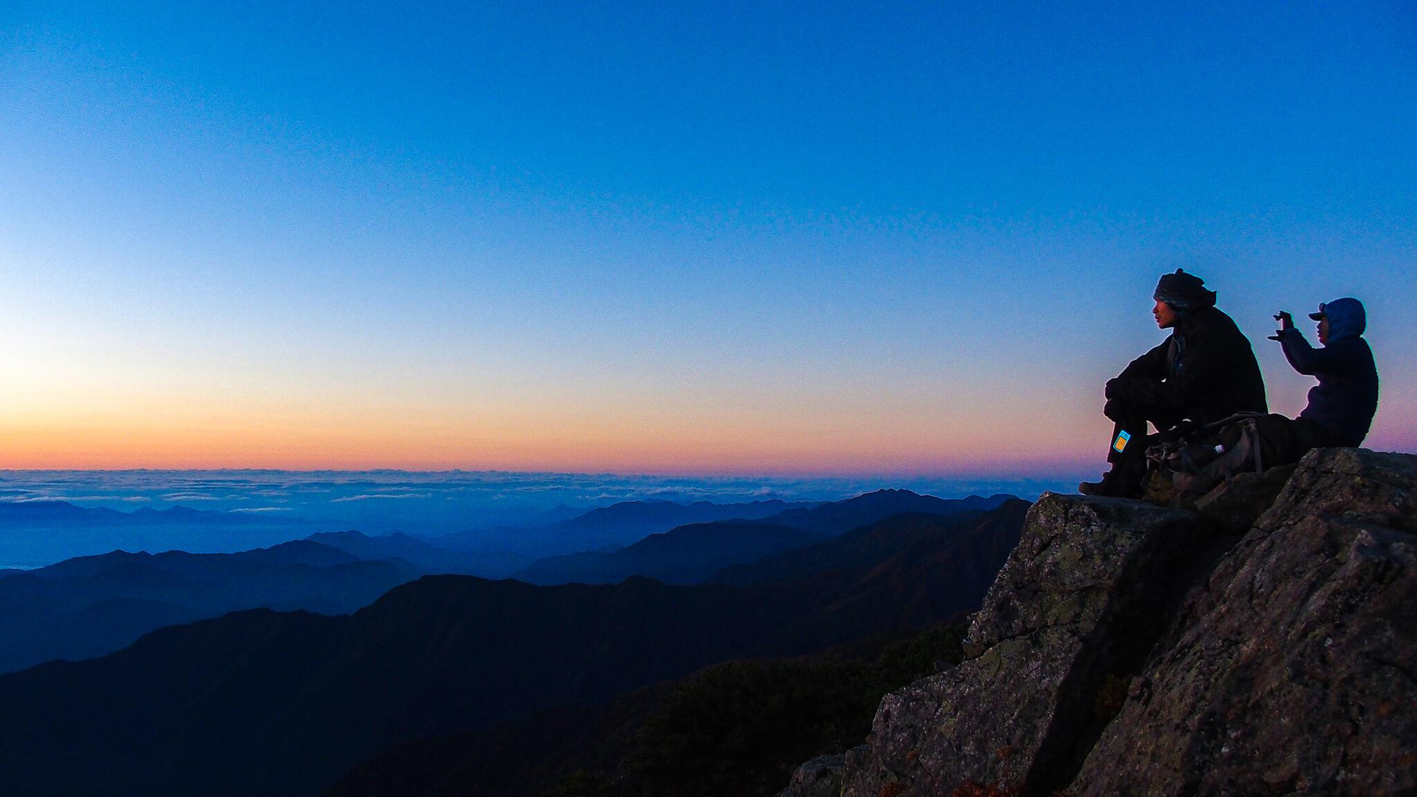 北岳・北岳にて日の出を待つ人たち
