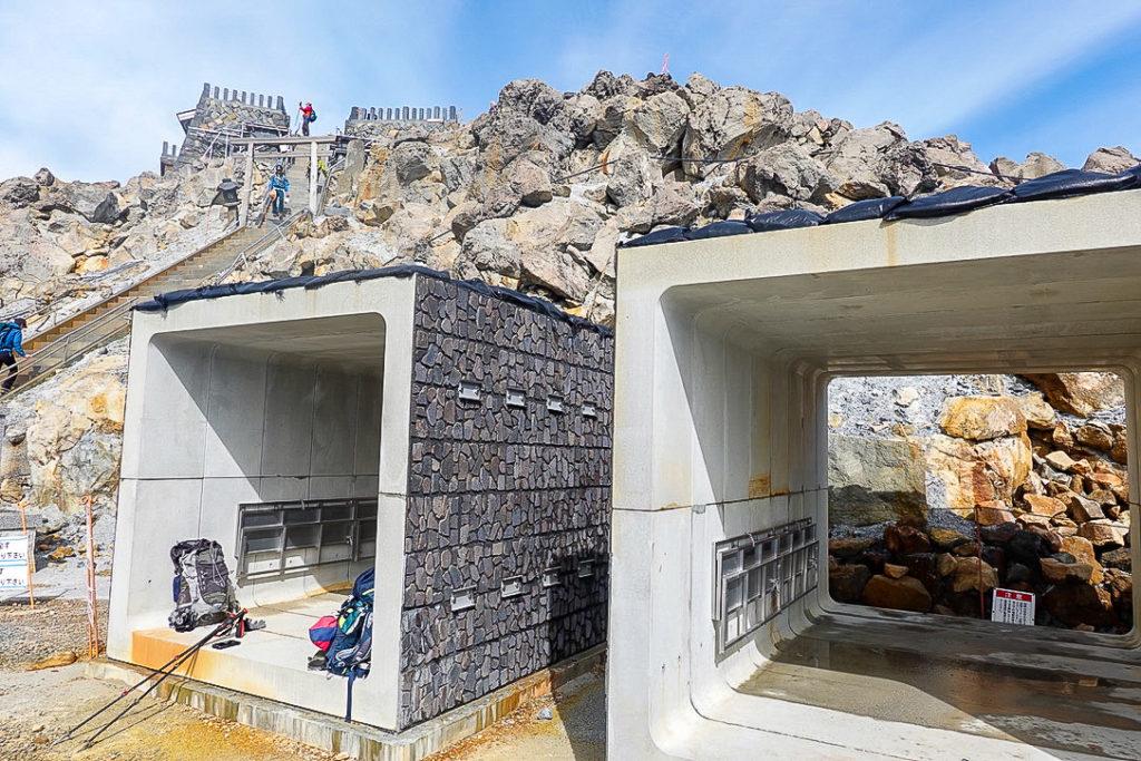 御嶽山・剣ヶ峰山頂直下のシェルター(頂上山荘跡)