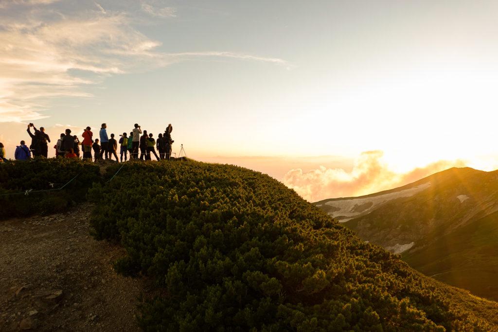白馬岳・丸山で日の入り待ちの人々