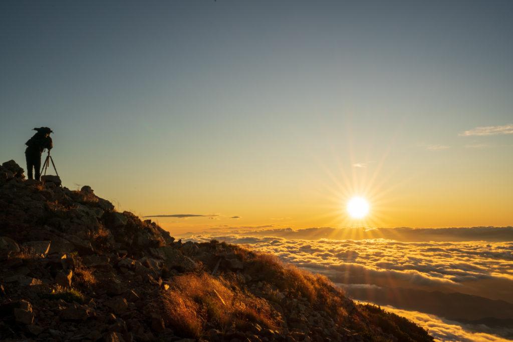 鹿島槍ヶ岳・爺ヶ岳・鹿島槍(南峰)と雲海と朝日