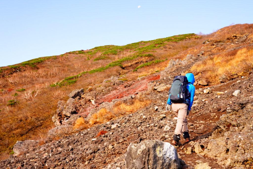 岩手山・旧道、急峻な露岩帯を行く