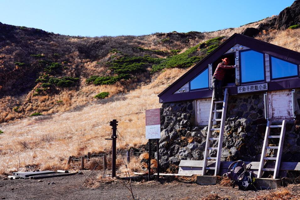 岩手山・不動平避難小屋、人がでてきた(驚)