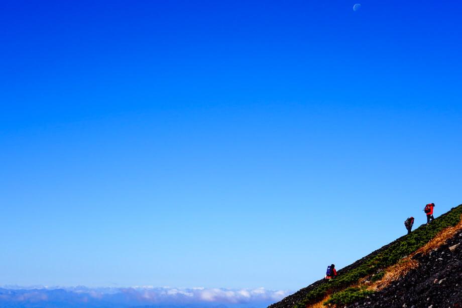 岩手山・左側の斜面を登る人たち
