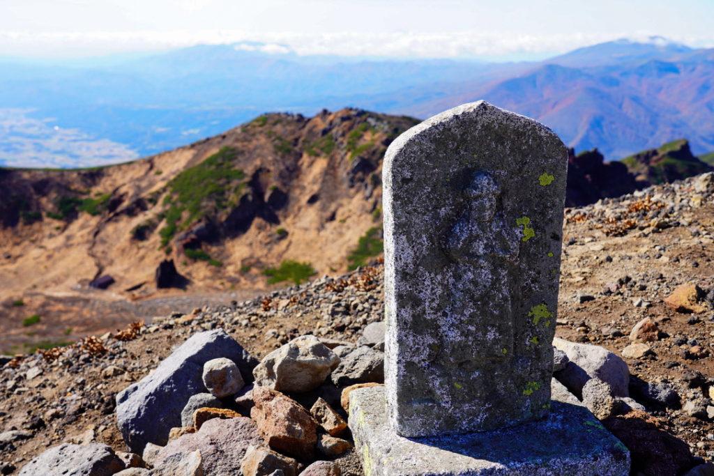 岩手山・山頂外輪を取り囲む石仏