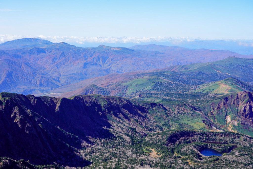 岩手山・御釜湖と岩手、秋田の山々
