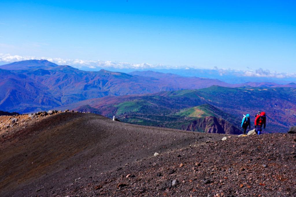 岩手山・岩手山から秋田駒ヶ岳を望む