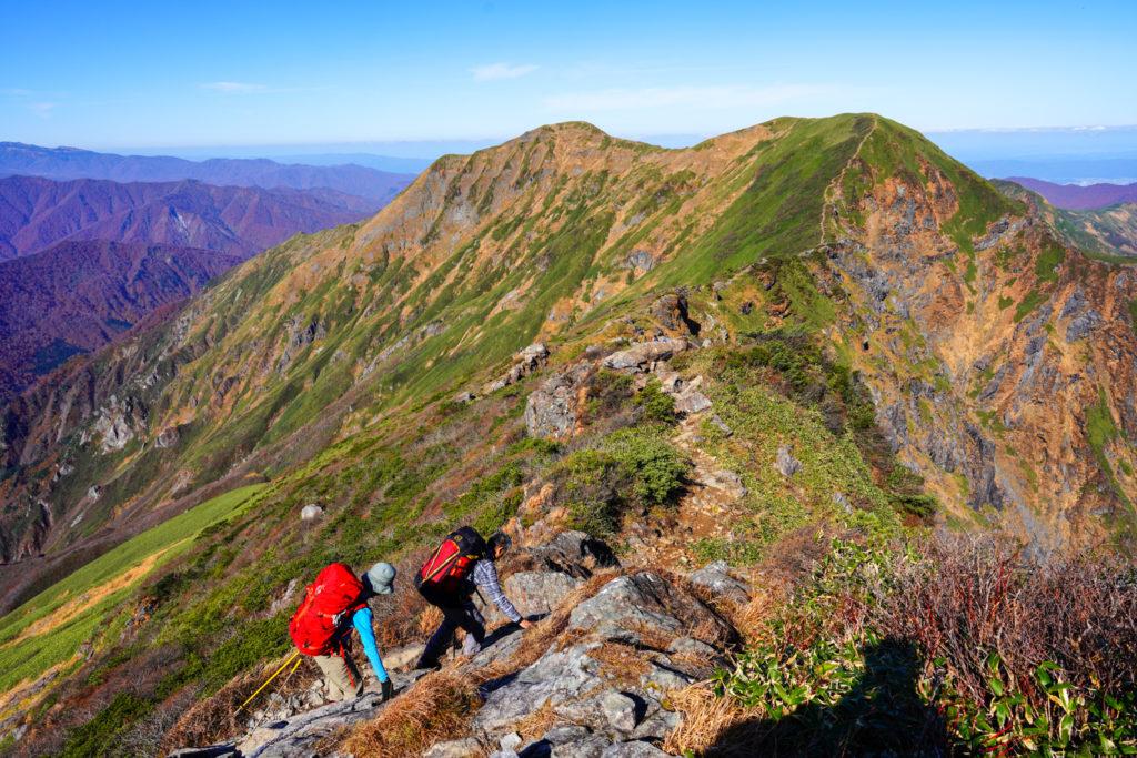 谷川岳・茂倉岳(左)と一ノ倉岳(右)